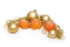 背景美丽的圣诞节装饰新的红色蜜桔闪亮金属片玩具年 免版税库存照片