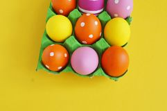 背景美丽的复活节彩蛋节假日污点 在一个盘子的复活节彩蛋鸡蛋的 在立场的鸡蛋 黄色背景 免版税图库摄影