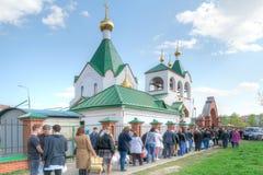 背景美丽的复活节彩蛋节假日污点 队列在教会里 莫斯科 免版税图库摄影