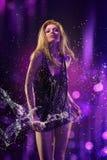 背景美丽的女孩紫色水 免版税图库摄影