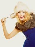 背景美丽的方式女孩查出的空白冬天 裘皮帽的愉快的少妇 免版税库存照片
