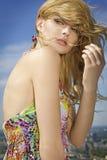 背景美丽的蓝色女孩天空 免版税库存图片
