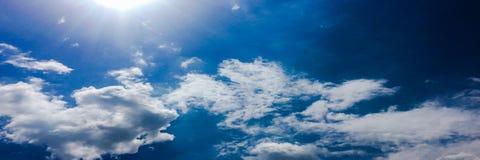 背景美丽的蓝色覆盖天空 覆盖天空 与云彩天气自然云彩蓝色的天空 蓝色覆盖天空星期日 免版税库存照片