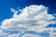 背景美丽的蓝色覆盖天空 覆盖天空 与云彩天气自然云彩蓝色的天空 蓝色覆盖天空星期日 库存照片