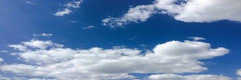 背景美丽的蓝色覆盖天空 覆盖天空 与云彩天气自然云彩蓝色的天空 免版税库存照片