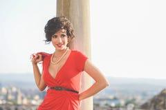 背景美丽的都市妇女 例证百合红色样式葡萄酒 库存照片