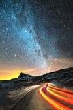 背景美好的图象安装横向晚上照片表使用 与北部半球银河和星的夜空 汽车风照亮的夜路与 库存图片