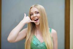 背景美好的女实业家购买权查出我新 做电话我的绿色礼服的性感的少妇gestur 免版税库存照片