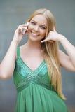 背景美好的女实业家购买权查出我新 做电话我的绿色礼服的性感的少妇gestur 库存照片