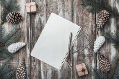 背景老木 冷杉分支,锥体 圣诞节同伴关系、新年和Xmas 信件给圣诞老人` s消息和假日 库存照片