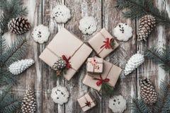 背景老木 冷杉分支,锥体 圣诞节同伴关系,新年, Xmas 许多现代和原始的礼物 库存照片