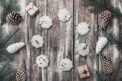 背景老木 冷杉分支,锥体 甜饼干圈子  假日消息的空间 礼品 另外的卡片形式节假日 免版税图库摄影