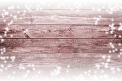 背景老木 在委员会的雪 抽象空白背景圣诞节黑暗的装饰设计模式红色的星形 免版税图库摄影
