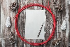 背景老木 背景锥体查出的对象杉木白色 圈子装饰红色 空间消息Xmas、圣诞节和新年 信函圣诞老人 免版税图库摄影