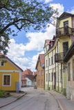 背景老街道风景视图有木房子的在Cesis镇  免版税库存照片