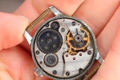 背景老被拆卸的手表和修理工具 免版税库存图片
