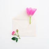 背景能明信片使用的华伦泰 桃红色郁金香、玫瑰和在白色背景隔绝的葡萄酒纸牌 平的位置,顶视图 免版税库存照片