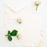 背景能明信片使用的华伦泰 玫瑰和葡萄酒纸牌在白色背景 平的位置,顶视图 免版税库存图片