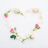 背景能明信片使用的华伦泰 玫瑰花瓣的心脏标志在白色背景的 平的位置,顶视图 免版税库存图片