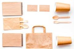 背景色的一次性叉子玻璃塑料集合碗筷透明白色 纸杯,匙子,在包装纸袋子和笔记本顶视图拷贝样式白色的空间嘲笑附近分叉 库存图片