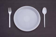 背景色的一次性叉子玻璃塑料集合碗筷透明白色 向量例证