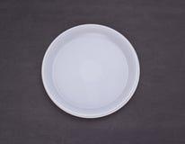 背景色的一次性叉子玻璃塑料集合碗筷透明白色 库存例证