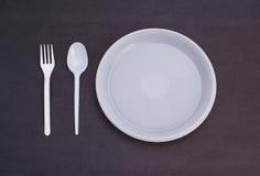 背景色的一次性叉子玻璃塑料集合碗筷透明白色 皇族释放例证