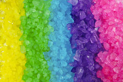 背景色的水晶多彩虹岩石 库存图片