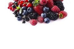 背景莓果查出白色 成熟无核小葡萄干、莓、蓝莓、草莓和黑莓与一mi 免版税库存图片