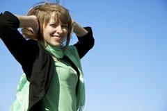 背景蓝天微笑的妇女 免版税库存图片