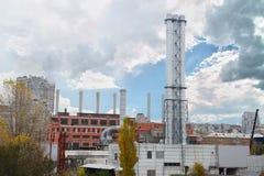 背景蓝天的新的金属管子燃气锅炉房子 进展的概念在能源业的 工厂横向用管道输送雪 图库摄影