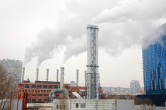 背景蓝天的新的金属管子燃气锅炉房子 进展的概念在能源业的 工厂横向用管道输送雪 库存图片