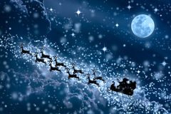 背景蓝色圣诞节雪雪花 圣诞老人飞行剪影在a的 库存照片