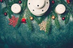 背景蓝色圣诞节雪雪花 灯笼蜡烛圣诞树分支边界 免版税库存图片