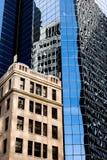 背景蓝色大厦城市高曼哈顿新的天空地平线约克 蓝天,高大厦 背景城市晚上街道 免版税库存图片