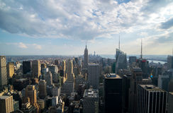 背景蓝色大厦城市高曼哈顿新的天空地平线约克 库存照片