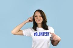 背景蓝色女孩愉快的志愿者 免版税库存图片