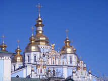 背景蓝色教会正统超出天空 免版税库存照片