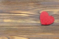 背景蓝色框概念概念性日礼品重点查出珠宝信函生活纤管红色仍然被塑造的华伦泰 在木背景的红色木心脏 免版税图库摄影