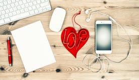 背景蓝色框概念概念性日礼品重点查出珠宝信函生活纤管红色仍然被塑造的华伦泰 办公桌红色心脏,纸,电话 免版税库存图片