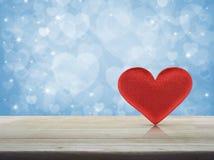 背景蓝色框概念概念性日礼品重点查出珠宝信函生活纤管红色仍然被塑造的华伦泰 免版税库存照片
