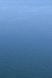 背景蓝色波纹水 背景,垂直位置 免版税库存图片