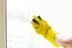 背景蓝色清洁概念表面前面她的房子拖把春天常设妇女黄色 免版税库存照片