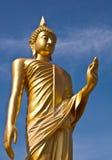 背景蓝色菩萨金黄天空雕象 免版税库存图片