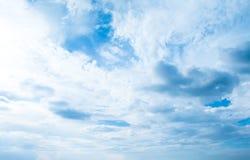背景蓝色覆盖天空 覆盖天空 与云彩weath的天空 库存图片