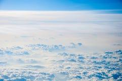 背景蓝色覆盖cloudscape天空 蓝天和空白云彩 库存图片