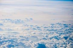 背景蓝色覆盖cloudscape天空 蓝天和空白云彩 图库摄影