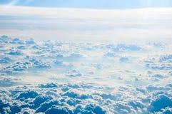 背景蓝色覆盖cloudscape天空 蓝天和空白云彩 免版税库存照片