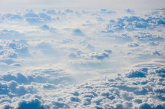 背景蓝色覆盖cloudscape天空 蓝天和空白云彩 库存照片