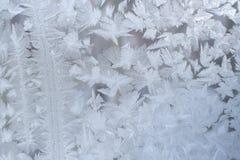 背景蓝色雪花白色冬天 在窗玻璃的冷淡的样式有小条的和 免版税图库摄影